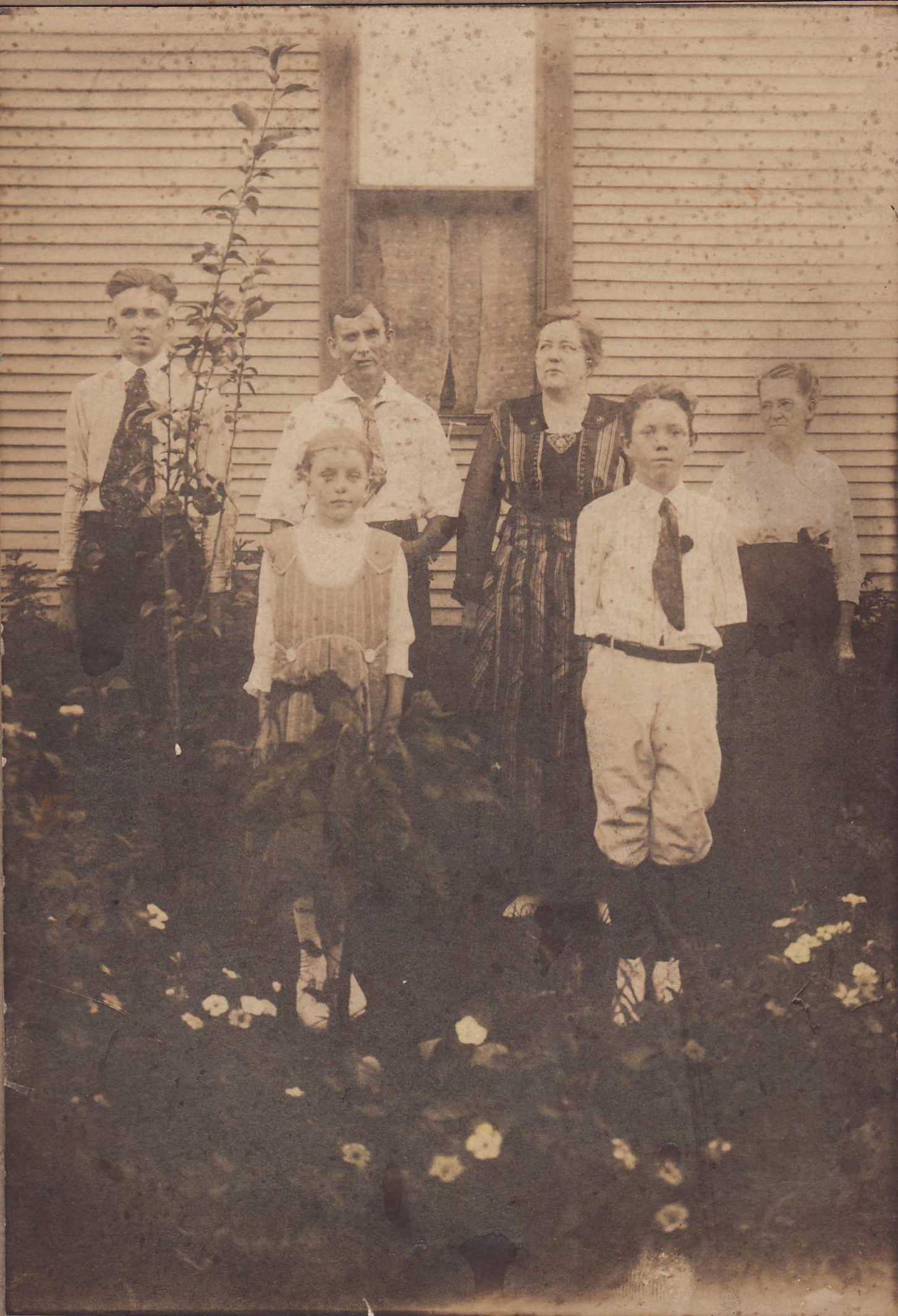 <I>Fox:</I> Fox Family in Memphis, Tennessee, 1353 Sardis St., about 1921